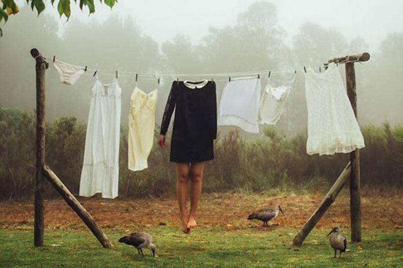 γυναικείο σώμα χωρίς κεφάλι κρεμασμένο σε σκοινί μαζί με ρούχα