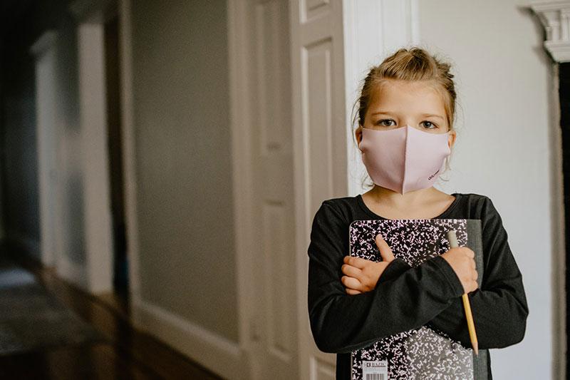 παιδί αντιμετωπίζει τις σοβαρές συνέπεις του lockdown