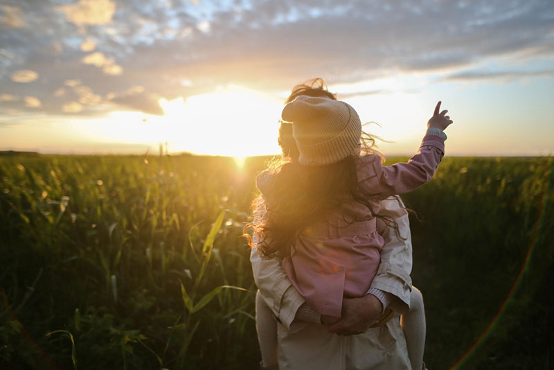 μητέρα κρατάει στην αγκαλιά τη κόρη της και βάζει όρια, μία από τις μεγαλύτερες προκλήσεις της γονεϊκότητας