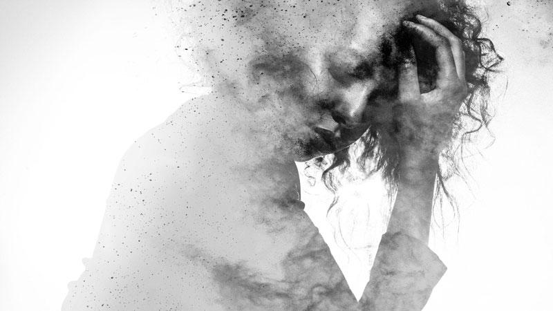 γυναίκα με ψυχολογικό τραύμα πιάνει το κεφάλι της