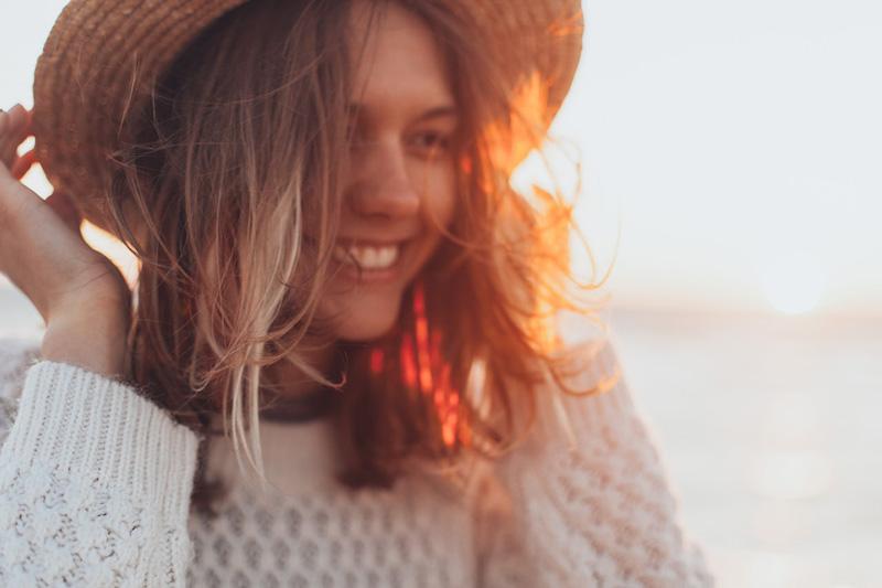 γυναίκα νιώθει ευγνωμοσύνη για το Εδώ και Τώρα
