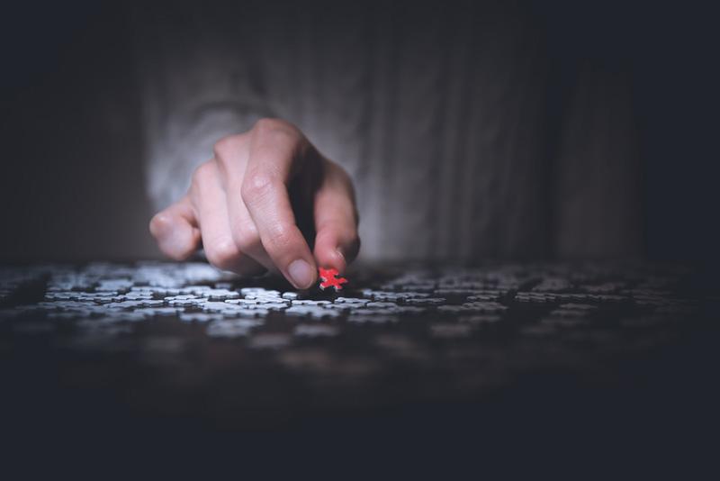 άνθρωπος συμπληρώνει τον εαυτό του με κομμάτια Puzzle