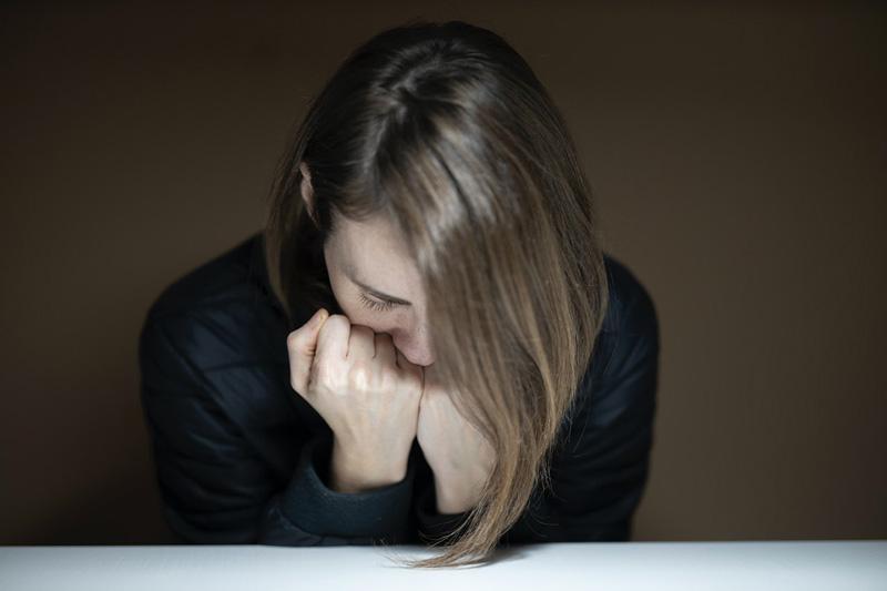 γυναίκα αγκαλιάζει τους φόβους της