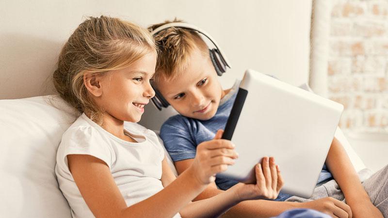 δύο παιδάκια κρατούν ένα τάμπλετ