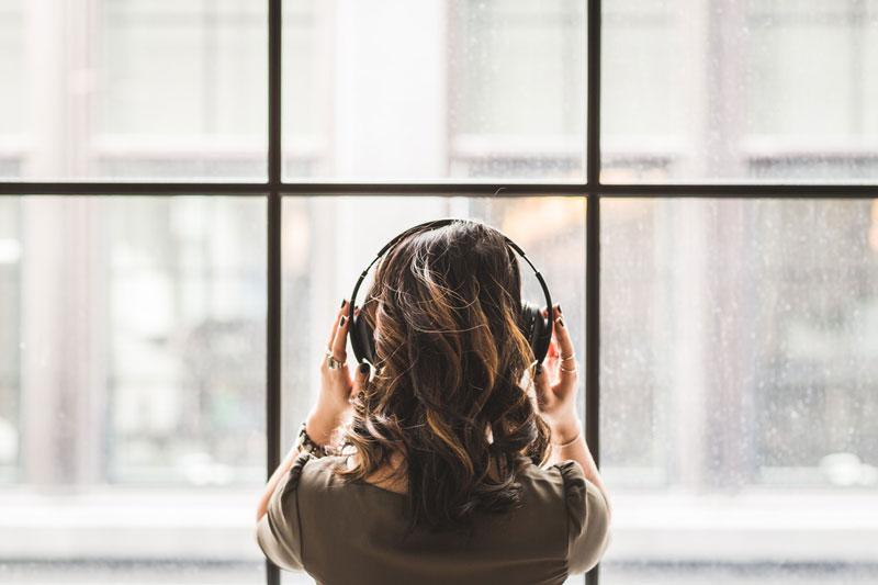 άντρας διώχνει τη θλίψη με τη μουσική