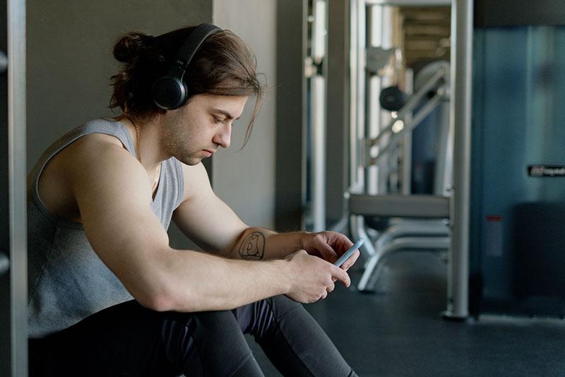 άντρας ανακαλύπτει τα οφέλη της μουσικής στην άθληση