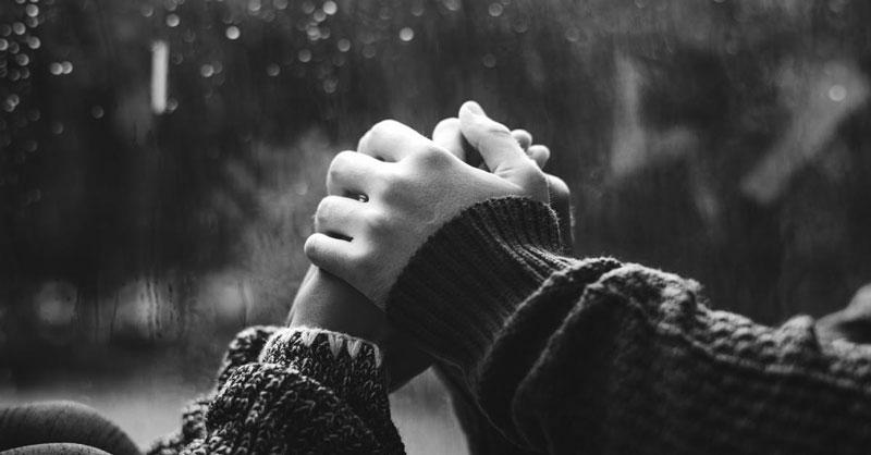 ασπρόμαυρη φωτογραφία που δείχνει ένα ζευγάρι να κρατάει τα χέρια του