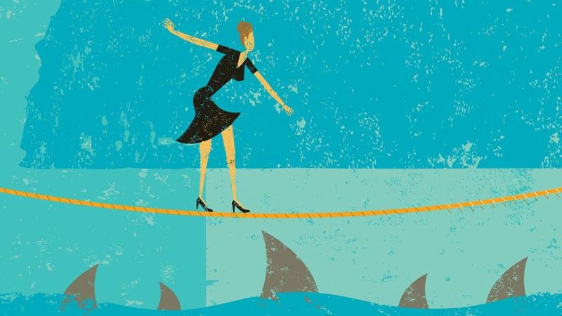 γυναίκα ακροβατεί σε σκοινί πάνω από θάλασσα με καρχαρίες