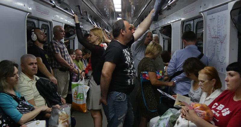 άνθρωποι στριμωγμένοι σε σταθμό μετρό