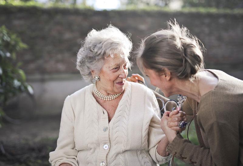 γυναίκα ενημερώνει μια ηλικιωμένη για τα 5 πράγματα που πρέπει να γνωρίζει για την άνοια