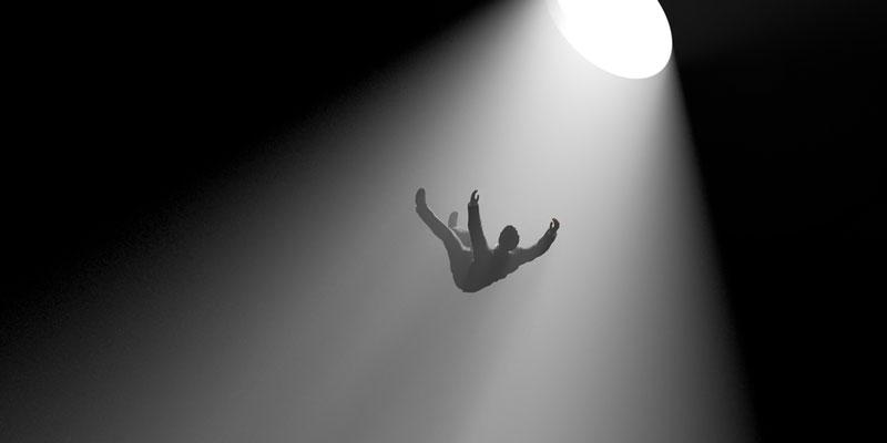 άνδρας που πέφτει στο κενό από ένα φως