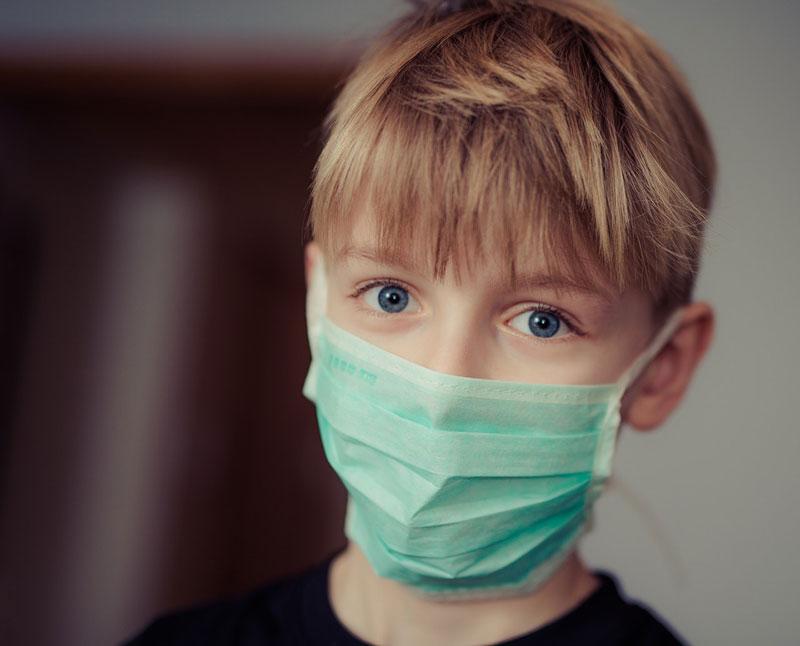 παιδί στην Ισπανία με κατάθλιψη στη διάρκεια της πανδημίας