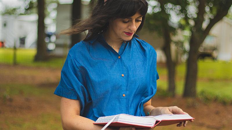 γυναίκα διαβάζει μόλις 20 σελίδες την ημέρα για να έχει θετική επίδραση στην ψυχολογία της