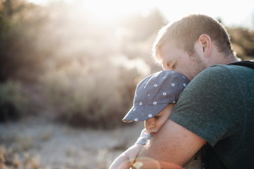 πατέρας που κρατάει σφιχτά το μωρό παιδί του