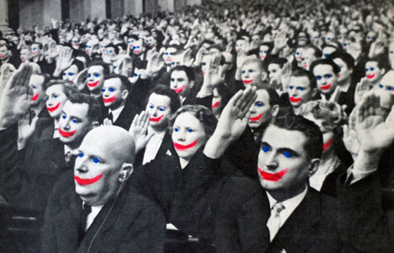 ασπρόμαυρη εικόνα ανθρώπων με ζωγραφισμένα χαμόγελα