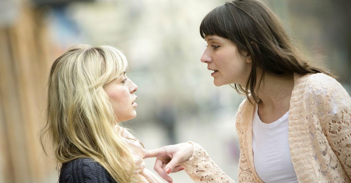 γυναίκα που μιλά επιθετικά σε μία άλλη